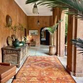 Les tapis boujaad vintages sont des tapis berbère d'exception, ils sont chargées d'histoires.  Retrouvez notre collection de tapis boujaad et autres tapis berbère sur notre site internet : maisonsnomades.com • ⤵️ • Cette photo a été prise à la @kasbahbabourika , un lieu magique dans la vallée de l'ourika! • • Pics by @maisonsnomades  #boujaad #boujad #boujadrug #tapisberbere #tapismarocain #tapisboujaad #nomadliving #roadtripmaroc #decoaddict #homeinterior #homesweethome #treasurehunter #maisonsnomades
