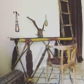 🔎Trésor du jour: Ancien porte bagages de dromadaire transformé en console ou bureau. Pièce unique et chargée d'histoires, à découvrir sur Notre site web, plus d'infos par mp.  • • • • #artpremier #artprimitif #artprimitifafricain #monturedromadaire